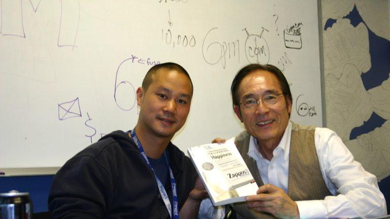 トニー・シェイ氏(写真左)と石塚しのぶ(写真右)